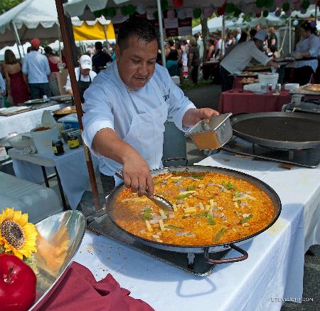 Paella expertly prepared by a Taberna del Alaberdero chef